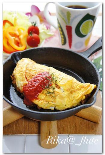 トマトピューレを使い、ガラムマサラを加えたスパイシーオムライスは、ちょっぴり大人の味わい。スキレットを使うと、とてもおしゃれですね。