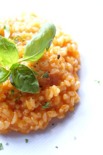 トマトピューレをたっぷり使ったリゾットは、コースのひと皿にもできる本格的な味。食べるときにエキストラバージンオイルをかけるとよりおいしいとか。