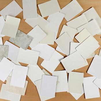 一見普通のトランプのように見えますが裏をめくると全て真っ白。この不思議な白いカードの正体は、26種類もの中から同じ紙質を当てるカードゲームなんです。