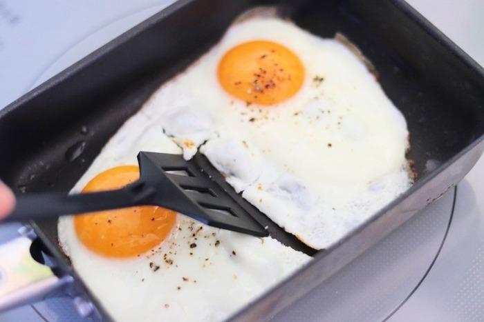 2個セットで100円のセリアのターナーも人気アイテム。だし巻き卵もクルクルと巻きやすく、大きなターナーだと使いにくいミニプライパンにも使いやすいサイズです。