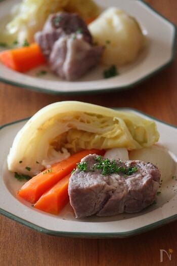 焼いても固くなりにくい豚肩ロース肉を塩漬けにした塩豚と、キャベツなどの春野菜がたっぷり入った具だくさんなポトフ。野菜を大きめにカットし、すべて一緒に弱火でことこと煮ることで、塩豚の旨みと野菜の甘みをたっぷり味わうことができます。