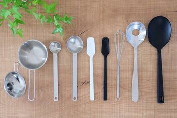 シンプルで使いやすいデザイン・サイズが揃った無印良品のキッチンツール。 炒めたり盛り付けたりしやすいターナースプーンをはじめ、ジャムをすくいやすいジャムスプーン。 ほどよい柄の長さがあり、手が汚れにくく粉ものも軽量しやすい計量スプーンなどなど。 使い勝手のいいキッチンツールたちです。