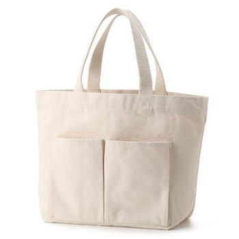 大人気の無印良品のトートバッグは、他にはないシンプルでミニマムなデザインが魅力。また、お値段も税込990円ととってもリーズナブルなのが嬉しいですね。適度な厚みの帆布生地は丈夫で、大活躍すること間違いなし♪