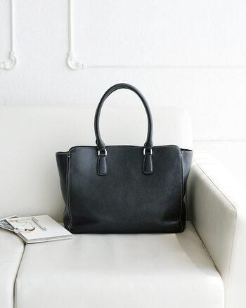 「土屋鞄製造所」のNoyiet(ノワイエット)は、女性らしいしなやかでエレガントなデザインにこだわった美しいトートバッグ。グレースシュリンクレザーを使用しており、上品な光沢が見られます。光の加減によって艶めき、日々表情の変化を楽しむことができますよ。大人の女性のために作られた上質なトートはいかがですか?