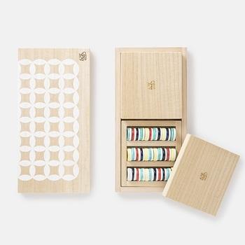 美しいデザインだけではなく、遊びながら伝統ある鍋島焼の技法に触れながら楽しめるのが魅力。さらにはこの盤は駒を収納する箱の役割も兼ね備えています。また、盤と駒には磁石が入っているため、立てて美しく収納したり飾ったりすることも可能です。