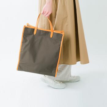 素材から生産まで日本にこだわった「SOPO(ソポ)」のスクエアトートバッグ。ナイロンと持ち手のレザーの組み合わせがなんともお洒落で上品な印象に。A4サイズの書類や雑誌などもスポッと入り、通勤バッグとしても◎。内側にはポケットもあり、収納にも困らず使い勝手も◎です。