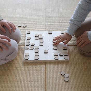 ポイントはこの駒に刻まれた穴。これを見るだけで駒の動きが一目でわかるような仕組みになっており、お子さまから大人の方まで誰でも気軽に遊ぶことができます。木製のシンプルな駒と盤は、末永く大切に使うことができ、プレゼントにもおすすめです。