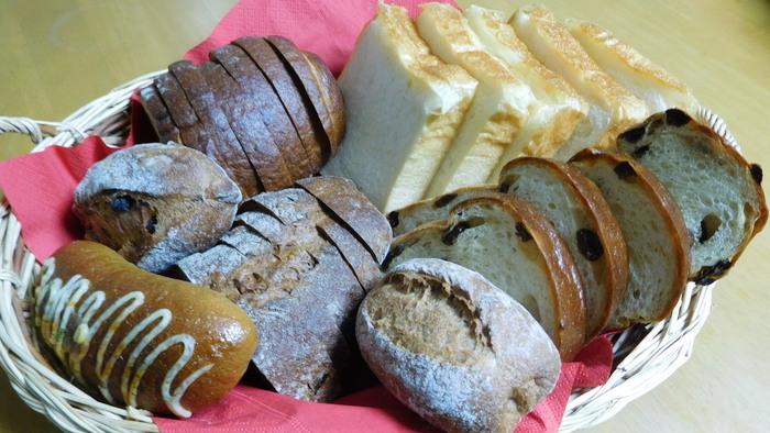 店名は、ドイツ語で「素晴らしき日常」という意味を持ち、毎日を大切に生きることを自分が忘れないためにと、店主の方が名付けられたそう。ドイツパン好きにはたまらない豊富なラインナップで、店内のパンは完売してしまう日も。おすすめの「ヤンソンさんの黒パン」や「カランツ&ハーゼルヌス」 などの日替わりパンもとにかく美味しいです!
