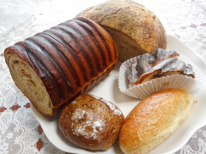 小さくアットホームな店内には、ドイツパンだけではなくフランスパンやお惣菜パンなど豊富な種類のパンが並んでいます。プンパーニッケルや100%ライ麦を使用したパンなど、ドイツパン好きさんが「あ!これこれ」と感じる本格的なドイツパンが楽しめますよ。