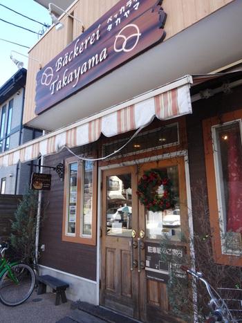 JR辻堂駅からバスに乗った閑静な住宅街に佇む「Backerei Takayama(ベッカライ タカヤマ)」。ウェブサイトなどが特に無い中で、地元の方の間で話題になり人気を獲得した、地元密着型のお店です。