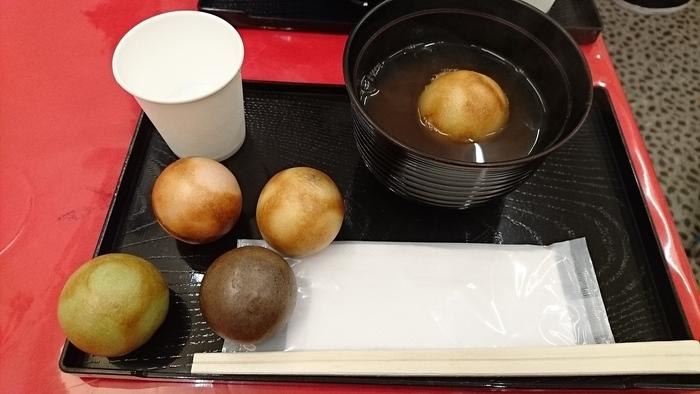 表面をさくさくに焼き上げたまるもちは、つぶあんやみたらしのほか、限定のチョコレート味も。まるもちを入れた「まるもちぜんざい」は、抹茶やコーヒーとセットで味わって、日本人らしい甘味タイムを堪能してくださいね。