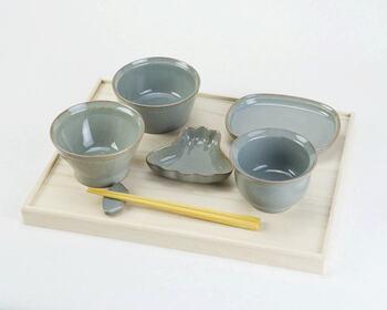 一汁三菜に使う主な食器は、茶碗(主食のご飯)、汁椀(お味噌汁やお吸い物など)、中皿(1人分の主菜や取り皿)、小皿(取り皿として、醤油皿、薬味皿)、小鉢(煮物や汁気が多いもの)などがあります。