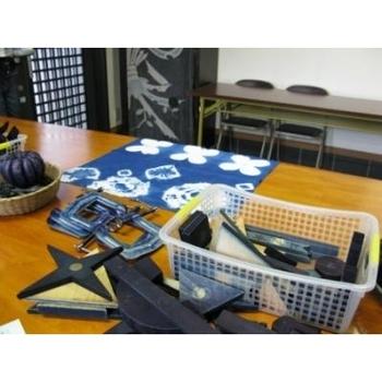 仕事には筆記用具が必需品。バッグの中で散らばりがちなステーショナリーは、伝統の布を使ったペンケースにまとめておきましょう。徳島県の阿波地方は、藍染をはじめ織物業が盛んな町。