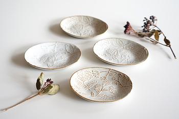 【小皿】 四寸(約12cm)フルーツやお菓子を盛ったり、おかずをちょっと盛り付けるのにも便利。 三寸(約9cm)、二寸(約6cm)お漬物やお醤油皿に。大皿に載せて使ってもおしゃれです。