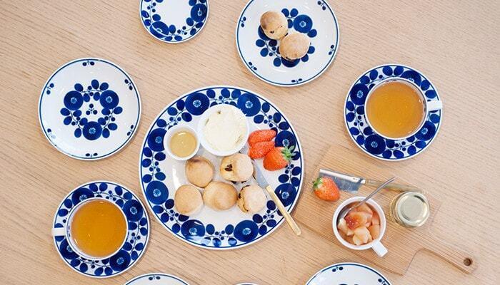 """「白山陶器」の鮮やかなブルーの花柄""""ブルームリース""""シリーズ。和食器でありながら、どこか北欧っぽさも感じられる温かみのあるデザインです。「波佐見焼」の中でも有名なシリーズなので見たことがある方も多いのでは?!"""