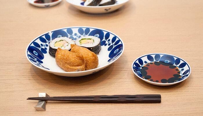 縁をぐるっと囲むようにデザインされているので、中央にポンと料理を乗せるだけでサマになります。深みのあるブルーが、上品で華やかな食卓にしてくれますよ。