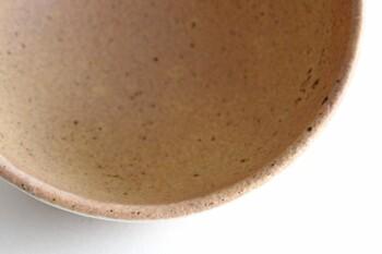 ①大き目の鍋に米の研ぎ汁とうつわを入れます。うつわがひたるくらい研ぎ汁を入れてください。研ぎ汁の代わりに小麦粉を使うこともできます。大さじ1~2杯をお鍋に入れて溶かしてください。②弱火で20~30分くらい煮沸します。③鍋ごと冷めるのを待ちます。まだ熱いうつわを急激に水で冷やさないように注意してくださいね。③うつわが冷めたら、やさしく洗いましょう。④うつわを裏返して、しっかり乾燥させてください。