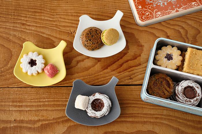 人気の磁器作家、イイホシユミコさんの「toriプレート」です。柔らかいシルエットはどんな形のうつわとも相性がよさそうですね。食卓を明るくしてくれる色合いも素敵です。シンプルなお皿もいいけれど、ちょっとアクセントが欲しいな、という方におすすめです。