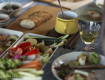 小さなココットでは、アヒージョを楽しんだりチーズフォンデュをちょっぴり楽しんだりするのに便利そう。パーティーの席もぱっと華やぎます。
