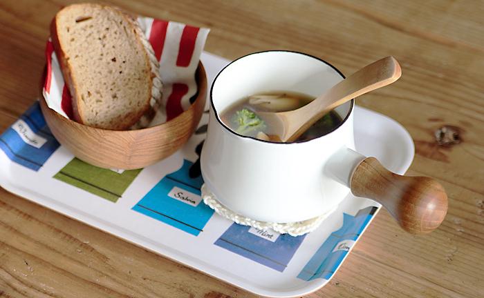一人分のスープが丁度よく入るから、朝ごはんやブランチにはこんな使い方も面白い。可愛いし、洗い物も少なくてすんじゃいます。