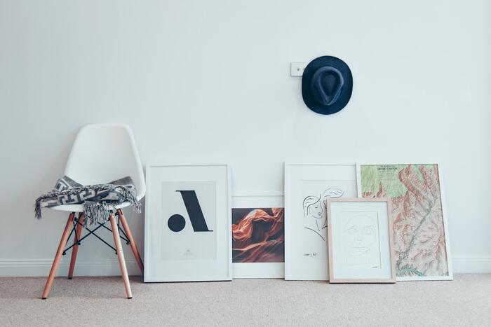 色々な大きさの絵をミックスして飾る方法は、床に直置きしても、壁に飾っても、動きが出るので遊び心があってお部屋の個性をより強調してくれます。