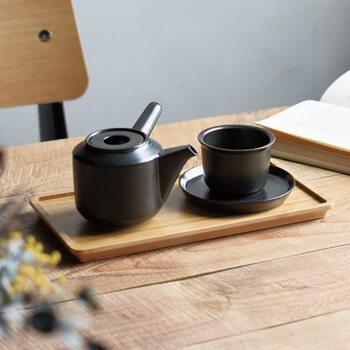 KINTOの「LEAVES TO TEA 急須」は、現代の暮らしに取り入れやすいモダンでエッジのきいたデザインが魅力。凹んだ蓋部分のデザインが注ぎやすく、茶葉の美味しさを引き出す使い心地にもこだわっています。