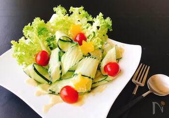 お好みの野菜をオリーブオイルとトリュフ塩で和えるだけの簡単グリーンサラダです。葉物野菜が無いときでも、シンプルに冷やしトマトやきゅうりに振りかけるだけで立派な一品に。