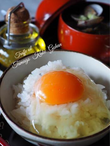 卵かけご飯にトリュフオイルとトリュフ塩を少しかけると、いつもとはひと味違う朝ごはんの完成です。シンプルな食べ方だからこそ、トリュフの風味を存分に感じられますよ。