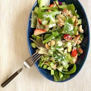 豆乳やマヨネーズをベースにしたクリーミーなドレッシングにトリュフ塩をプラスすると、野菜がいくらでも食べられちゃう風味豊かなドレッシングに。イチゴやナッツ類も入れて色鮮やかにバランスよく*
