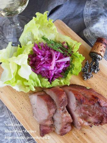 甘味が凝縮したはちみつ豚にトリュフ塩をかけて。水分が無いトリュフ塩なら、外はカリッと中はジューシーな豚肉の食感をそのままに味わえます。