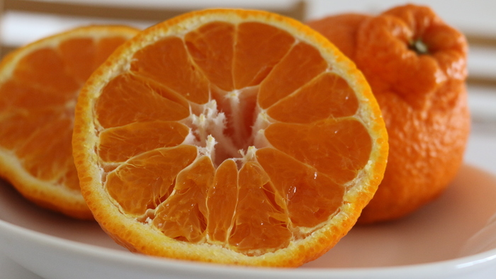 デコポンはみかんの仲間で、もともとの品種名は不知火(しらぬい)という柑橘です。  この不知火(しらぬい)のうち、センサーでチェックされ、糖度13度以上、酸度1.0%以下という基準をクリアしたものだけが、「デコポン」という名を名乗ることができます。