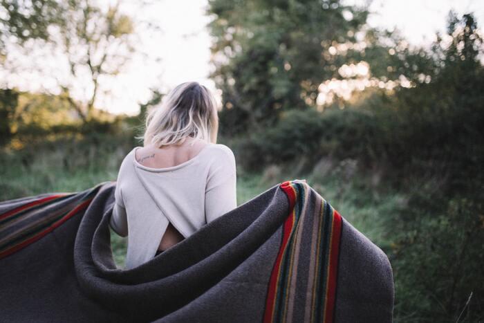 森の中を散歩して、森林浴を楽しむ休日は心を元気にしてくれます。自然には偉大なパワーがあり、自分が抱えている悩みなんて小さなことだと感じさせてくれるでしょう。  一人でゆっくりと過ごすのもいいですが、恋人や友人、家族などと出かけるのも気分転換になるのでおすすめです。帰り道で美味しいものを食べながら、会話を楽しむこともストレス解消に役立ちます。