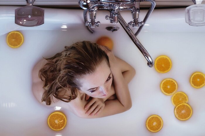疲れた体を癒すには、シャワーではなく、できるだけ湯船に浸かってリラックスすることがおすすめです。 ぬるめのお湯は、副交感神経を優位にし、安眠効果を高めてくれます。そして、ぐっすり眠ることで疲労が回復し、美肌や健康へと導く効果も期待できます。  平日は時間がないという方は、休日だけでもゆったりとバスタイムを楽しんでくださいね。