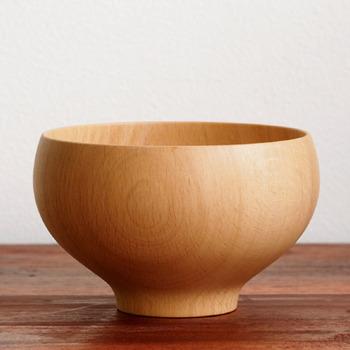 一切の無駄がなく、椀のふちから高台までのシルエットが美しいですね。ナチュラルな和食器だけで揃えたい方におすすめのうつわです。この美しいシルエットは、木地師の高度な「ろくろ挽き」の技術があってこそ。ろくろと呼ばれる機材を使い、回しながら碗の形になるまで削り出していきます。木の温もりをダイレクトに感じられるお椀です。