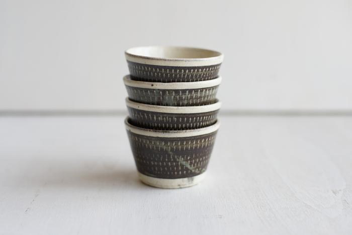 飛び鉋(とびかんな)の模様が素敵なそば猪口です。飛び鉋とは、道具の刃先で削り目を付けていく技法です。陶器特有の柔らかい質感に削り目がアクセントになっています。