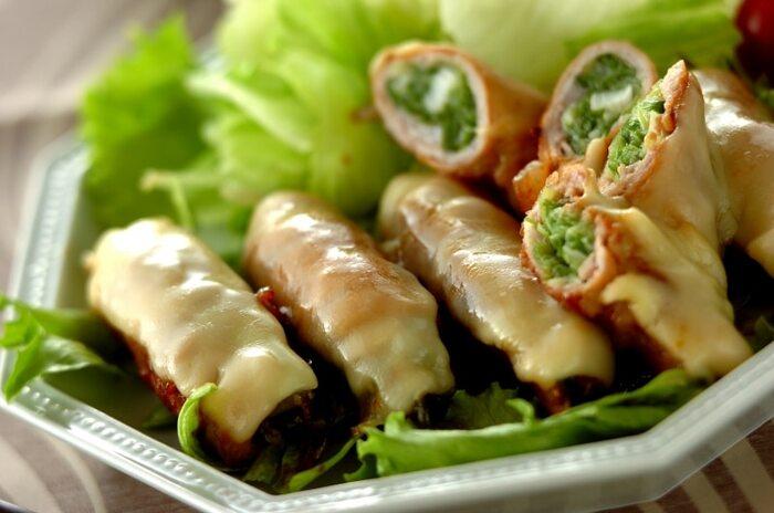 青ネギを豚バラ肉でくるくると巻いて最後にチーズをプラスして余熱を使って溶かしていきます。青ネギとチーズの相性は抜群!甘辛だれとチーズのコラボレーションを召し上がってみてくださいね。