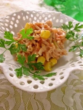 ヨーグルトの酸味とケチャップの酸味がよく合う、はじめて出会うお味のサラダです。コーンが入っているので、ほんのり甘味もプラスされています。鮮やかな黄色が入ることで、見栄えもよくなり、箸休めにもおすすめです。