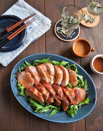 豚のかたまり肉で作ったヨーグルト味噌焼豚。漬け込む前の豚肉には、フォークでまんべんなく穴を開けておくと、味がしっかり入ります。お肉を取り出し後の漬け汁は、レンジ加熱して、食べるときにかけるように別添えにしておくと、味を調節しやすくなります。