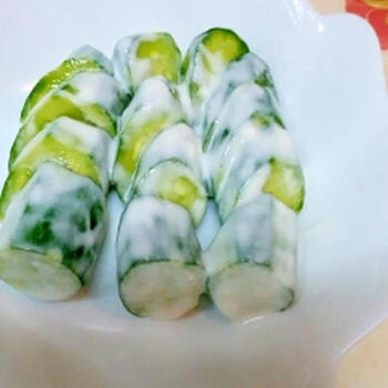味噌よりもさっぱりとした味わいに仕上がる塩ヨーグルトは、春先から夏にかけておすすめのレシピです。クリーミーでさわやかな野菜は、箸休めにもぴったり。毎食食べたくなるお漬物になります。