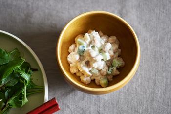 煎り大豆の鉄分やカルシウムといったミネラル類は、ヨーグルトに含まれる動物性たんぱく質と一緒に摂ることで、吸収しやすくなるといわれています。ヨーグルトを使って大豆を戻すと、よりヘルシーな食材に格上げすることができるんですね。  きゅうりやハム、玉ねぎを同じくらいの大きさにカットすると食べやすさもアップ!カラフルで可愛らしいサラダが出来上がります。