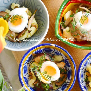 ソテーしたエリンギを混ぜたポテトサラダに、半熟のうずらの卵をのせて。マッシュしたポテトをトリュフ塩で味付けすることで、風味豊かなポテトサラダに仕上がります。