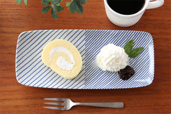 長焼皿には焼き魚はもちろん、左側にケーキ、右側にトッピングのクリームなど、デザインを活かして仕切りの目印にすることですっきりきれいに盛り付けができますよ。