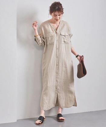 両サイドの胸ポケットがポイントになった、カジュアルな印象のリネンシャツワンピース。深めのVネックラインで、フェミニンな着こなしに大活躍してくれる一枚です。前開き仕様なので、羽織りとしても◎。