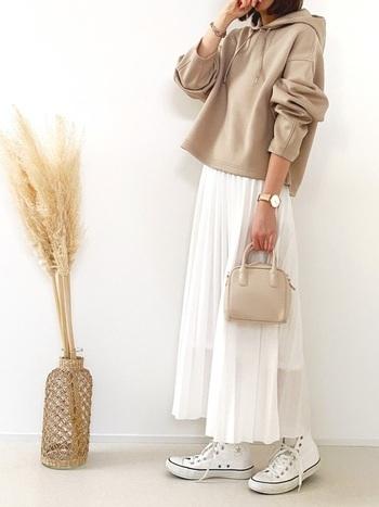 ユニクロのベージュフーディーに、白のプリーツスカートを合わせたコーディネート。程よい透け感のあるスカートで、春夏の季節感をアピール。白のハイカットスニーカーでカジュアルにまとめつつ、ベージュのミニハンドバッグで女性らしさも忘れずに♪