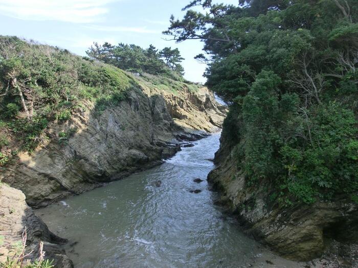 引き潮の時に「どんどん」と音がすることから、地元では「どんどんびき」と呼ばれる入江も。長い年月をかけて浸食した岩の迫力に圧倒されます。