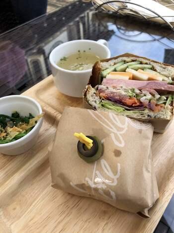 ランチのおすすめは、三浦野菜のサンドイッチ。厚切りのハムとたっぷりのお野菜がボリューム満点です。たくさん走ったあとのランチにいかがですか?