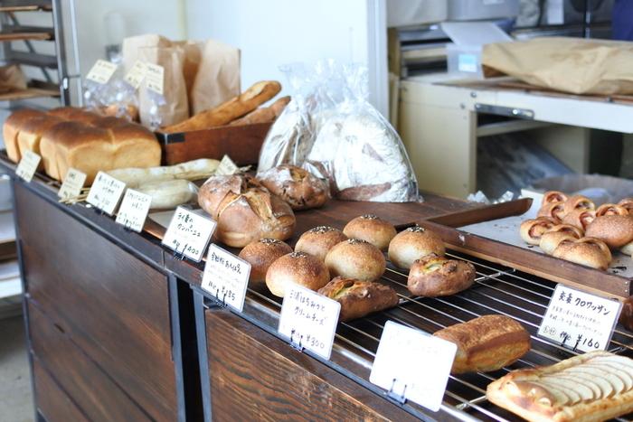 引き戸を開けると、パンの香りがいっぱいに広がっています。あんぱんやクロワッサンなどの定番も「ひと味違う」とはるばる買いに訪れる方もいるほど。どのパンも、ひと口食べるごとに、小麦の風味がしっかりと感じられます。