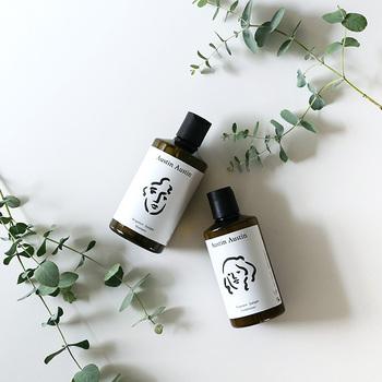 シャンプーは泡立ちが良く、なめらかな洗い上がり。コンディショナーと併用することで、地肌から毛先まで潤いのある柔らかな髪になります。こだわりをもって調香された香りは、みずみずしい植物を思わせる自然で繊細なイメージで、思わず深呼吸したくなります。