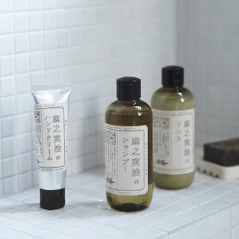 中川政七商店の「麻之実油のボディケアシリーズ」。使用されている、麻から採れる「麻之実油(アサ種子油)」は、栄養価と保湿効果が高く、古くからお肌や髪の毛のお手入れに使われてきました。