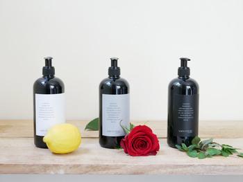 ラベルの色により異なる3種のシグネチャーフレグランスは、ラグジュアリーで豊かな時間を作り出してくれます。ホワイトのラベルは、グリーンレモンとベルガモットの新鮮な香りの「バーベナビョークトゥヴァ」。グレーのラベルはやわらかでリラックスするコットンの香りの「ダグモッサ」。ブラックのラベルはライムとパセリ、ミントの落ち着く香りの「オーケルミンタ」。お好みの香りを選んで下さいね。